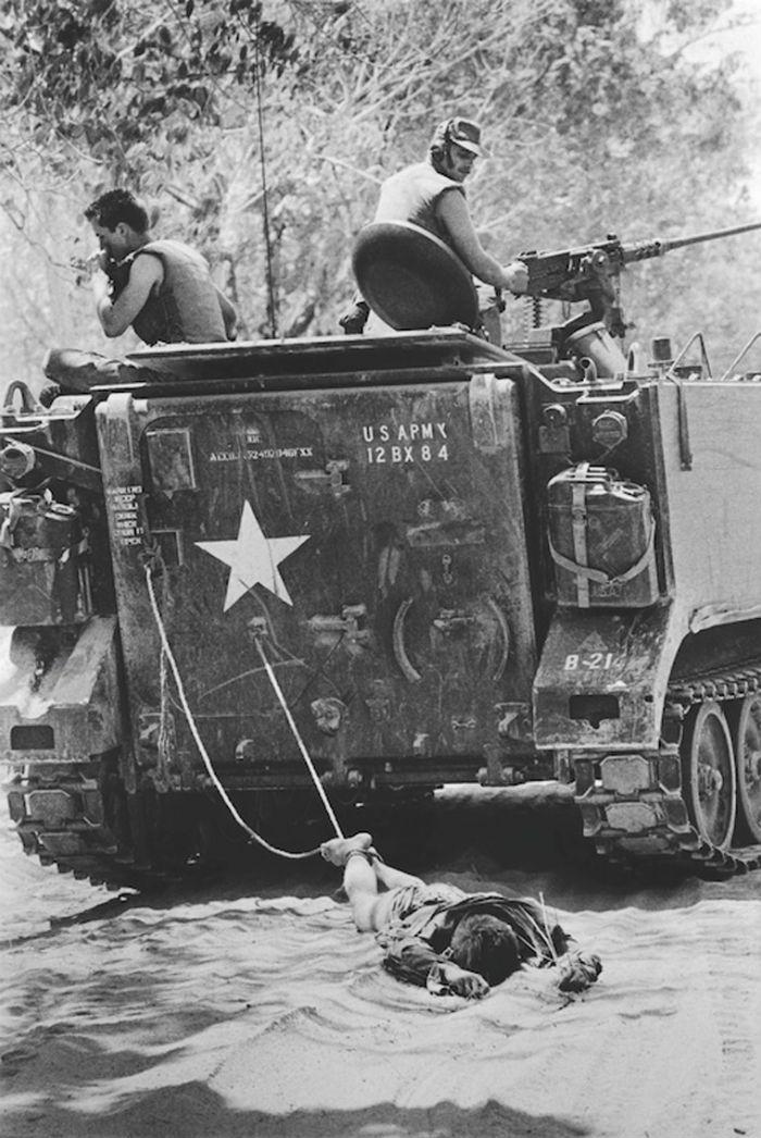 19 Agosto 1966 - Vietnam - Soldati Americani trascinano un Vietcong - Kyoichi Sawada